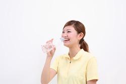 サプリを飲む女性の画像