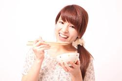 ご飯を食べる女性の画像